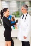 Läkarundersökningtekniker-doktor royaltyfria bilder