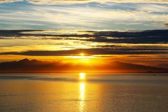 Lämna aftonsolen på solnedgången royaltyfria bilder