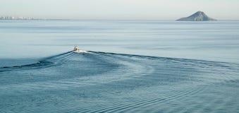Lämna en slinga av blått skvalpar i havet Royaltyfri Foto