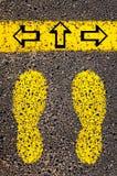 Lämnade pilar, högert, framåt Begreppsmässig bild för dilemma Fotografering för Bildbyråer