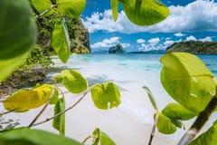 Lämnar det inramade skottet av den bisarra fantastiska Pinagbuyutan ön gjorde stranden på den Lagen ön El Nido, Palawan, Filippin arkivfoto