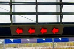 lämnat peka för 4 rött pilar Arkivbild