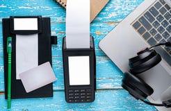 Lämplig betalning med modern teknologi royaltyfri bild