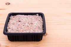 Lämplig näringsrik emballerad finhackad hundmat för rått kött badar in Arkivbild