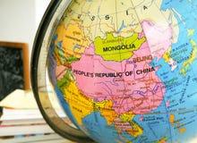 Länder und Kontinente schließen oben mit der Farbkarte auf einer Kugel mit Büchern im Hintergrund stockfoto