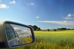 Ländlich idyllisch Landschaft Dänemark reflektierte sich im Autoflügelspiegel lizenzfreie stockfotografie