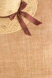 Ländlich wie Hintergrund mit Strohhut und Leinwand Lizenzfreie Stockbilder