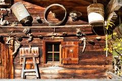Ländliche alpine Landschaft Retro- Dekorations- und Architekturdetails einer alpinen Hütte Stockbilder