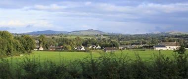 Ländliche Bauernhäuser unter Ackerland Stockbilder