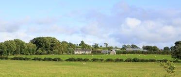 Ländliche Bauernhäuser unter Ackerland Lizenzfreie Stockfotos