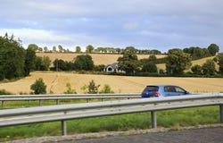 Ländliche Bauernhäuser unter Ackerland Lizenzfreie Stockfotografie