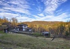 Ländliche bunte Herbstlandschaft in einem alten Dorf Lizenzfreies Stockbild