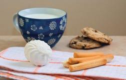 Ländliche einfache Frühstück Milch, Brot, Bonbons Stockbild