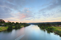 Ländliche Fluss-Sonnenaufgang-Morgen-Landschaft Stockbild
