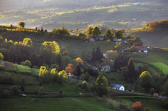 Ländliche Hügellandschaft des grünen Frühlinges, Slowakei stockbild