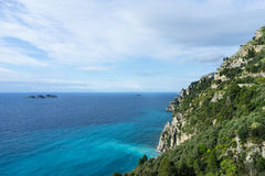 Ländliche Küstenhügel/Berge, blauer Himmel, weiße Wolken u. Grün stockfoto