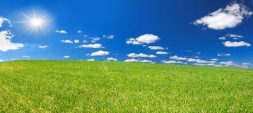 Ländliche Landschaft des Frühlinges mit Feld und blauem Himmel, ein Panorama Stockfotos