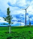 Ländliche Landschaft des Frühlinges mit High-Techem Lizenzfreie Stockbilder