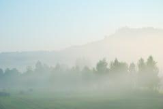 Ländliche Landschaft des nebeligen Morgens Lizenzfreie Stockfotos