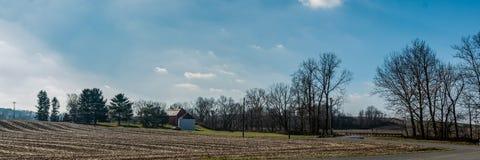 Ländliche Landschaft geerntetes Maisfeld und Scheunenfahne stockbild