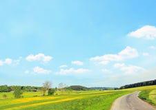 Ländliche Landschaft, Hintergrund des blauen Himmels mit Wolken Lizenzfreie Stockbilder