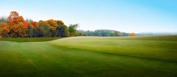 Ländliche Landschaft im nebeligen Herbst Lizenzfreies Stockfoto