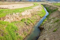 Ländliche Landschaft mit Abzugsgraben Lizenzfreies Stockfoto