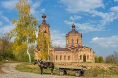 Ländliche Landschaft mit alter Kirche Stockbilder