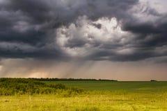 Ländliche Landschaft mit dem Sturmhimmel und einem Regen Stockbilder