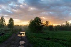 Ländliche Landschaft mit einem Schotterweg Lizenzfreies Stockfoto