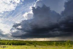 Ländliche Landschaft mit großen Sturmwolken Stockbild