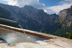 Ländliche Landschaft mit hölzernem Wasserbrunnen Achensee Seebereich, Österreich Stockbilder
