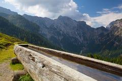 Ländliche Landschaft mit hölzernem Wasserbrunnen Achensee Seebereich, Österreich Stockfoto