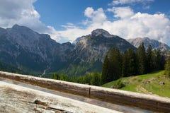 Ländliche Landschaft mit hölzernem Wasserbrunnen Achensee Seebereich, Österreich Stockfotos