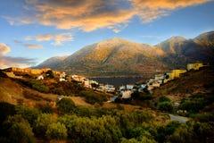 Ländliche Landschaft mit Hügeln und Seepanorama Lizenzfreies Stockfoto
