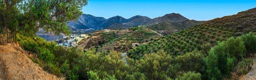 Ländliche Landschaft mit Hügeln und Seepanorama Stockfoto