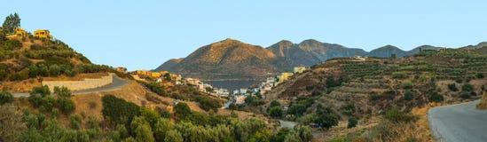 Ländliche Landschaft mit Hügeln und Seepanorama Stockbilder
