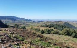 Ländliche Landschaft mit Hügeln und Wäldern stockbild