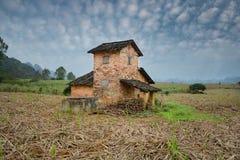 Ländliche Landschaft mit Haus auf einem Gebiet Lizenzfreies Stockbild