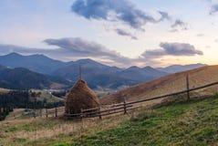 Ländliche Landschaft mit Heuschobern im Berg Lizenzfreie Stockfotografie