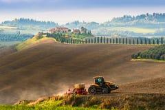 Ländliche Landschaft mit Traktor Lizenzfreies Stockbild