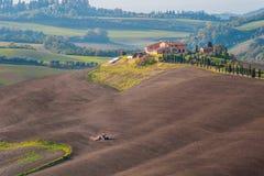 Ländliche Landschaft mit Traktor Stockbild
