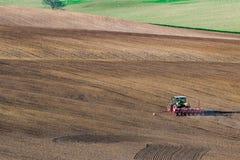 Ländliche Landschaft mit Traktor Stockfoto