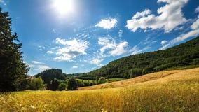 Ländliche Landschaft Timelapse Sonnenuntergang und bewegliche Wolken über Hügeln und Weizenfeld toskana stock video