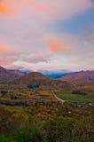 ländliche Landschaft und Berge des Sonnenaufgangs Stockbilder