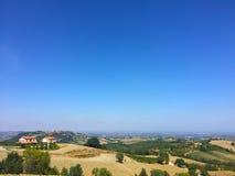 Ländliche Landschaft und blauer Himmel des freien Raumes - Italien lizenzfreies stockfoto
