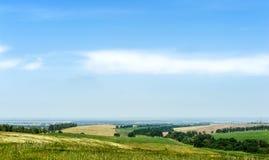 Ländliche Landschaft unter blauem Himmel Stockbilder
