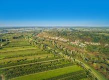 Ländliche Landschaft, wie von der Luft gesehen Bebaute Felder und Fluss WisÅ-'a im Abstand Landschaft mit blauem Himmel Stockfotos
