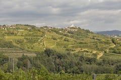 Ländliche Mittelmeerlandschaft mit Weinbergen und Smartno-Dorf, Slowenien Lizenzfreies Stockbild
