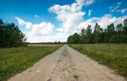 Ländliche sandige Straßennahfelder des Landes Lizenzfreies Stockfoto